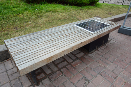 Banc de charge solaire, alimenté par énergie solaire connecter des dispositifs à l'extérieur. Banc avec batterie solaire. Banque d'images - 78516394