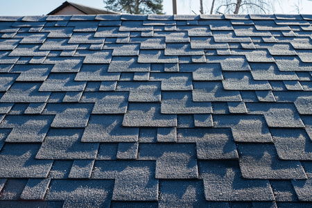 Close up view on asphalt roofing shingles covered with frost Stockfoto