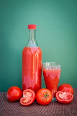 Bebida sana y natural del tomate, aislado sobre fondo blanco Foto de archivo