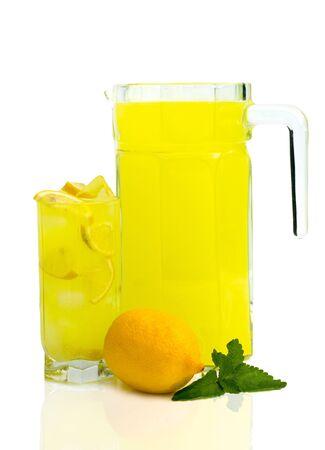 pincher y vaso de limonada fresca, aislado m�s de blanco