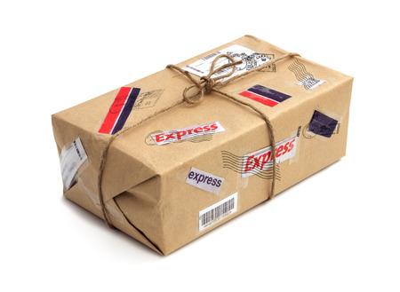 白い背景に分離された郵便小包