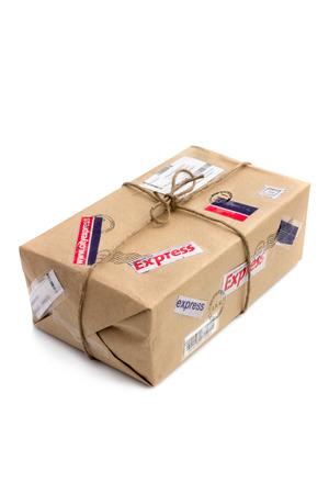 Post-Paket isoliert über dem weißen Hintergrund