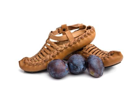 calzado tradicional de Serbia con ciruelas, concepto - la marca de Serbia