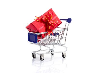caja de regalo en cesta de la compra Foto de archivo