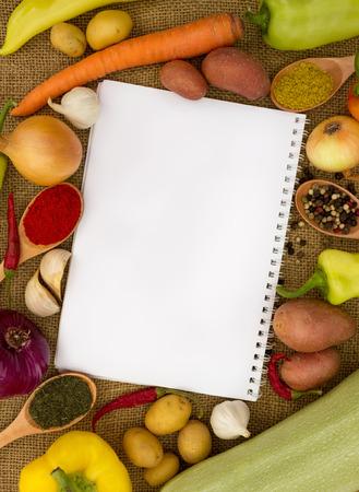 Cuaderno con recetas o lista de la compra en la cocina