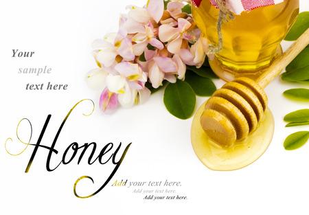 La miel de acacia sobre fondo blanco