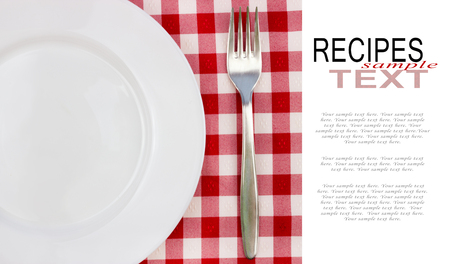 plato blanco y tenedor en rojo mantel facturado con copia espacio