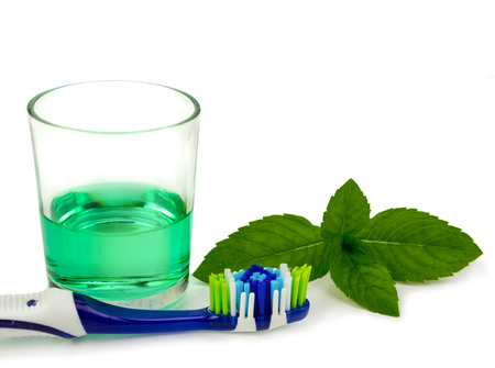 enjuague bucal: Cepillo de dientes y enjuague bucal aislado m�s de blanco Foto de archivo