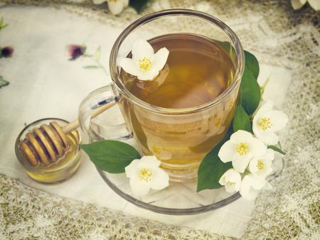 Taza de t� de la vendimia en mantel de ganchillo