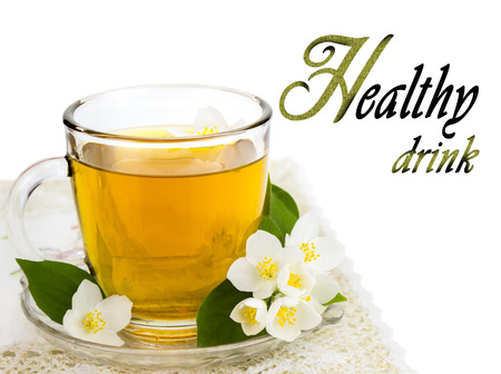 Transparente taza de t� con flores de jazm�n, bebida saludable