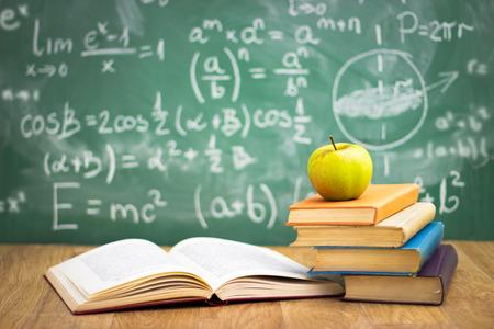 Stapel Bücher im Klassenzimmer, Konzept - zurück in die Schule Standard-Bild - 33271948