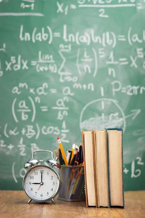 緑のテーブル上の供給と学校図書 写真素材