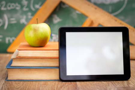 PC de la tableta vac�a con libros, la tecnolog�a y la educaci�n