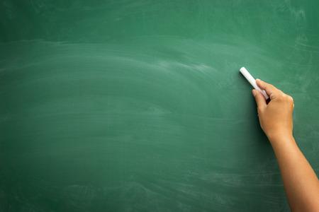 Leeg bord  schoolbord, met de hand schrijven op groene krijtbord die krijt, grote textuur voor tekst