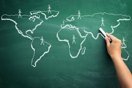 Cerca de la idea de dibujo de la mano humana de los negocios globales en la pizarra