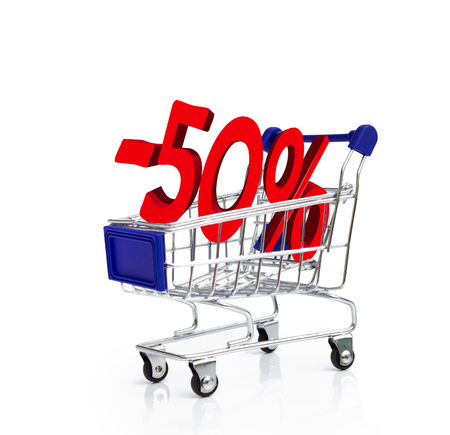 carro supermercado: carrito de la compra con un descuento del cincuenta por ciento, el concepto de descuento.