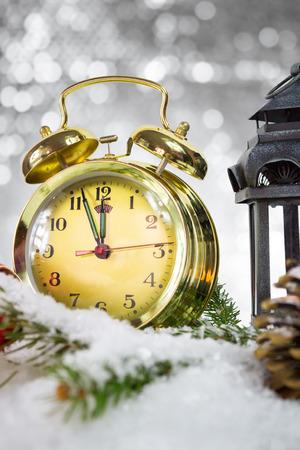 Feliz A�o Nuevo, reloj retro oro muestra cinco a la medianoche