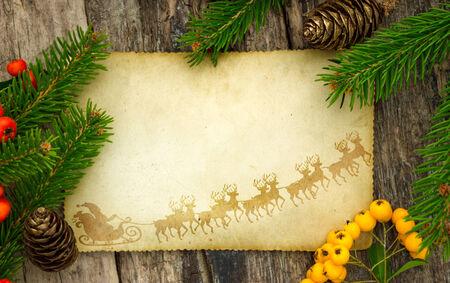 Biglietto di auguri o lista dei desideri, carta vintage con decorazioni di Natale in giro Archivio Fotografico - 33840594