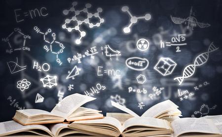 Stapel boeken met het gloving van onderwijssymbolen, onderwijsconcept Stockfoto