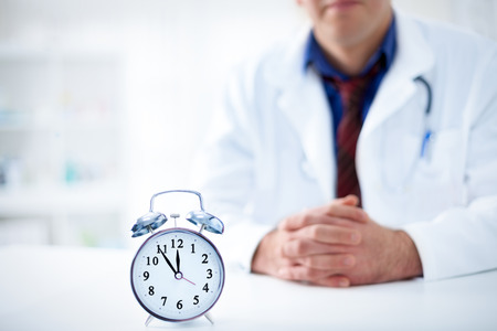医学、健康、病院のコンセプト -] 医師を訪問する時間です。