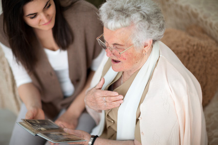 彼女の孫娘におばあちゃんを示す古いフォト アルバム