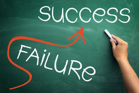 黒板の上の成功の概念が成功と失敗を避けることにまっすぐに行く 写真素材