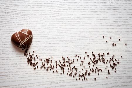 Herzförmige Schokolade auf weißem Hintergrund Standard-Bild