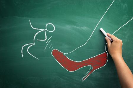 Mobbing at work Konzept, Skizze des Chefs Kicking seine Mitarbeiter mit roten Fersen von hinten auf Tafel Standard-Bild - 76474755