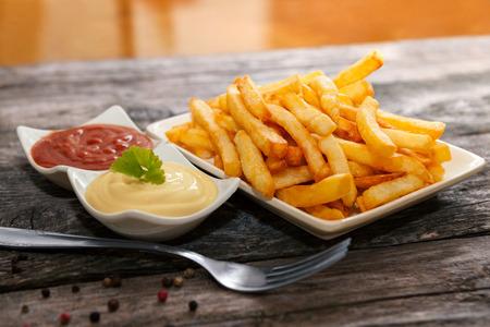 Frieten met mayonaise en tomatensaus als tussendoortje Stockfoto