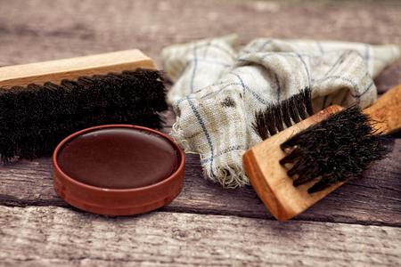 브러쉬, 더러운 헝겊 및 광택 크림, 신발 청소 용품 스톡 콘텐츠 - 87525822