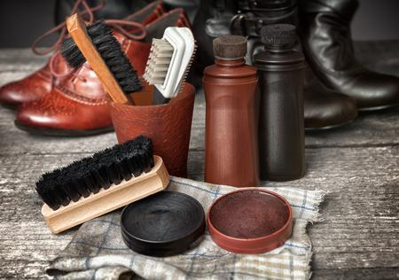 Kit di pulizia per stivali e scarpe, crema lucidante marrone e nero Archivio Fotografico - 87525999
