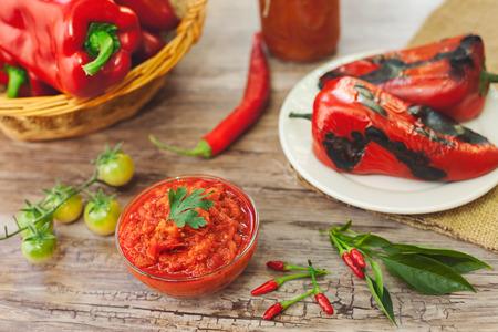 Gebackene rote Paprika und Ajvar auf dem Tisch Standard-Bild - 88836508