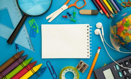 Volver a útiles escolares, concepto de papel vacío listo para texto Foto de archivo