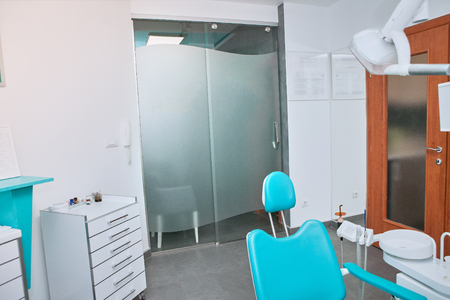 Modern dental practice. Dental chair and other accessories used by dentists Standard-Bild