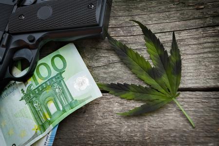 Illegales Geschäft mit Droge, Marihuana treiben auf Holztisch Blätter