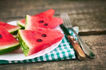 Köstliche Wassermelonenscheiben auf Platte mit Tischbesteck