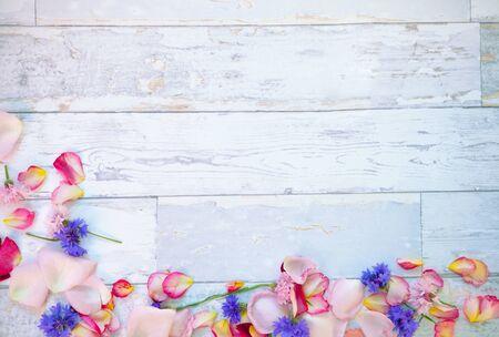 Gefallene Blumenblätter auf hölzernem Hintergrund Leerer Platz für Kopienraum.