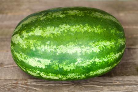 Einzelne Wassermelone auf hölzernem Hintergrund