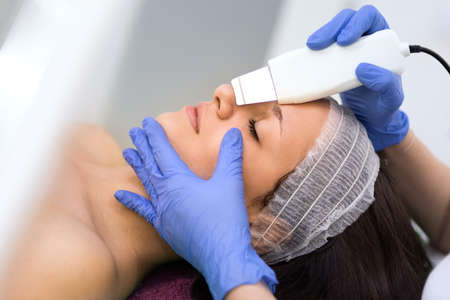 Facial treatment with ultrasonic equipment for peeling skin Foto de archivo
