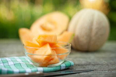 Chopped cantaloupe in a glass bowl, summer refreshment Foto de archivo - 154726156