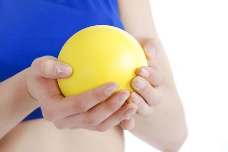 lancio del peso: Atleta donna holding colpo messo su uno sfondo bianco.