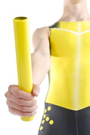 relevos: Atleta sosteniendo un bast�n de mando sobre un fondo blanco.  Foto de archivo