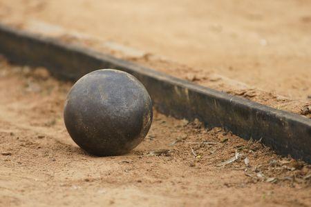 shot put: Lanzamiento de peso en el campo deportivo.  Foto de archivo