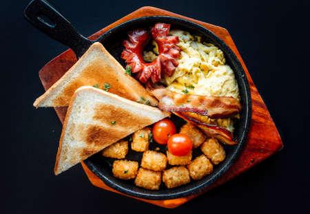 American style breakfast on a wooden plate. Reklamní fotografie