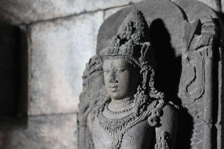 hinduismo: hinduismo escultura de Buda en la pared Foto de archivo