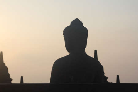 hinduismo: silueta de la estatua de Buda en Borobudur hinduismo