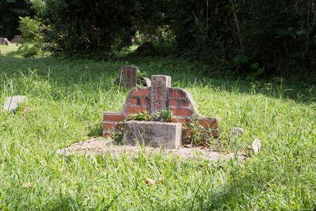 Grabstein auf dem Bukit Brown Cemetery in Singapur Standard-Bild - 71113234