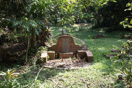Grabstein auf Bukit Brown Friedhof Standard-Bild - 71283103