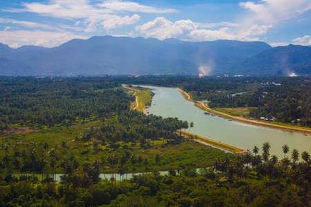Blick auf den Padang-Fluss vom Flugzeug Standard-Bild - 73849437