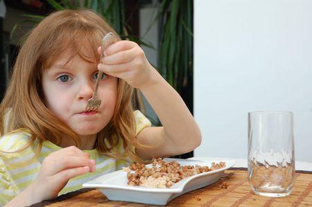 comiendo cereal: alimentaci�n infantil